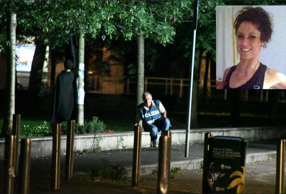 Milano, stilista trovata impiccata: la polizia ricostruisce la scena del crimine con un manichino