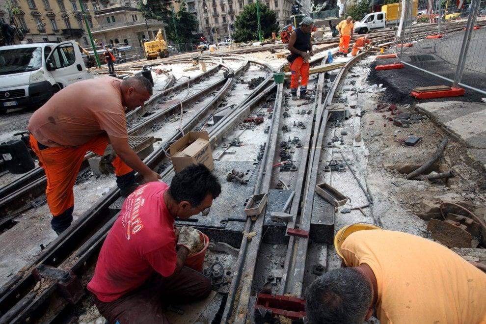 Milano, lavori per rifare i binari del tram: piazza Cinque giornate cantiere a cielo aperto