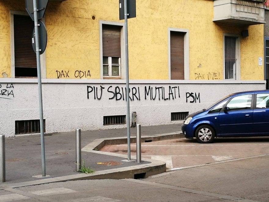 """Milano, """"Più sbirri mutilati"""": sui muri scritte contro la polizia, la zona chiede l'intervento del questore"""