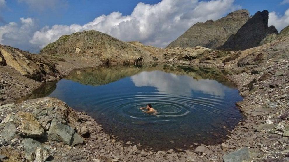 Bergamo, in piscina sulle Alpi: bagno a 2.800 metri contro il caldo record
