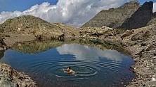 In piscina sulle Alpi  Bagno a 2.800 metri  contro il caldo record