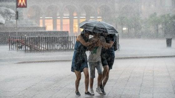 Milano, dal caldo torrido (+3 gradi in 10 anni) agli acquazzoni: così le abitudini cambiano col meteo