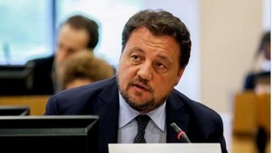 Milano, l'assessore regionale Fava scatenato su Facebook: attacca il Sud e chi lo critica