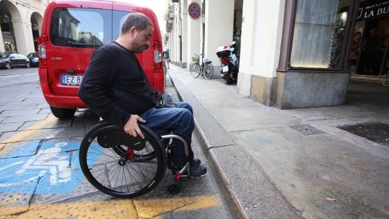 Milano, 9 negozi su 10 non accessibili ai disabili: l'ultimatum del Comune