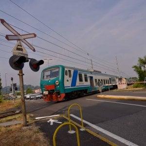 Pavia, treno contro auto incastrata sui binari: nessun ferito, disagi per ore