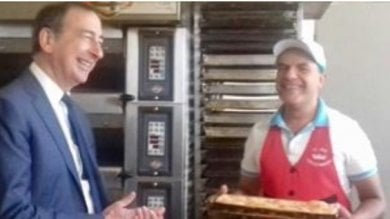 """Il Ferragosto del sindaco in città: pranzo solidale e visita al panettiere Halim che ringrazia """"a nome di tutti i milanesi""""   foto"""