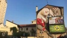La pubblicità formato gigante 'inghiotte' il murale dell'ostello: parte il tam tam su Facebook
