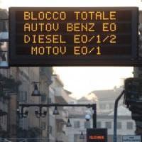 """Smog, la battaglia dei sindaci lombardi si sposta in autostrada: """"Limiti di velocità più..."""