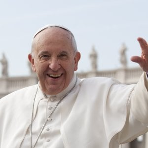Brianza, derubava gli anziani con la scusa dei santini di Papa Francesco: denunciato truffatore