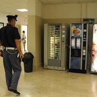 Milano, blitz a scuola per rubare le merendine dal distributore automatico