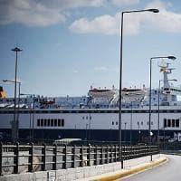 Nasconde la figlia in valigia e tenta l'imbarco per la Grecia ma viene fermato