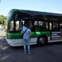 Milano, sul bus scoppia una lite per il cane senza museruola: aggredita