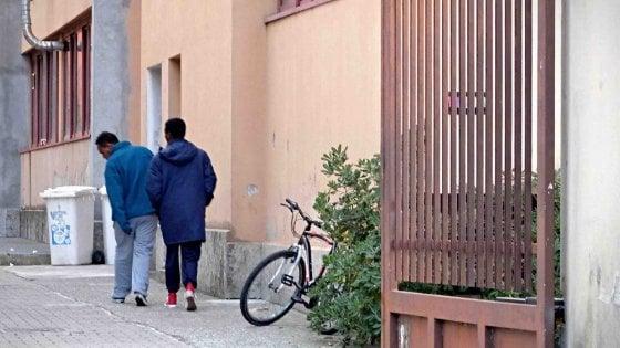 Milano, tentano di rapinare una ragazza in auto. Lei reagisce e capotta