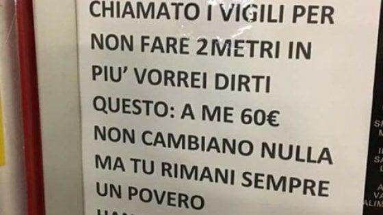 Milano, individuato il responsabile del cartello di insulti al disabile: un video lo inquadra