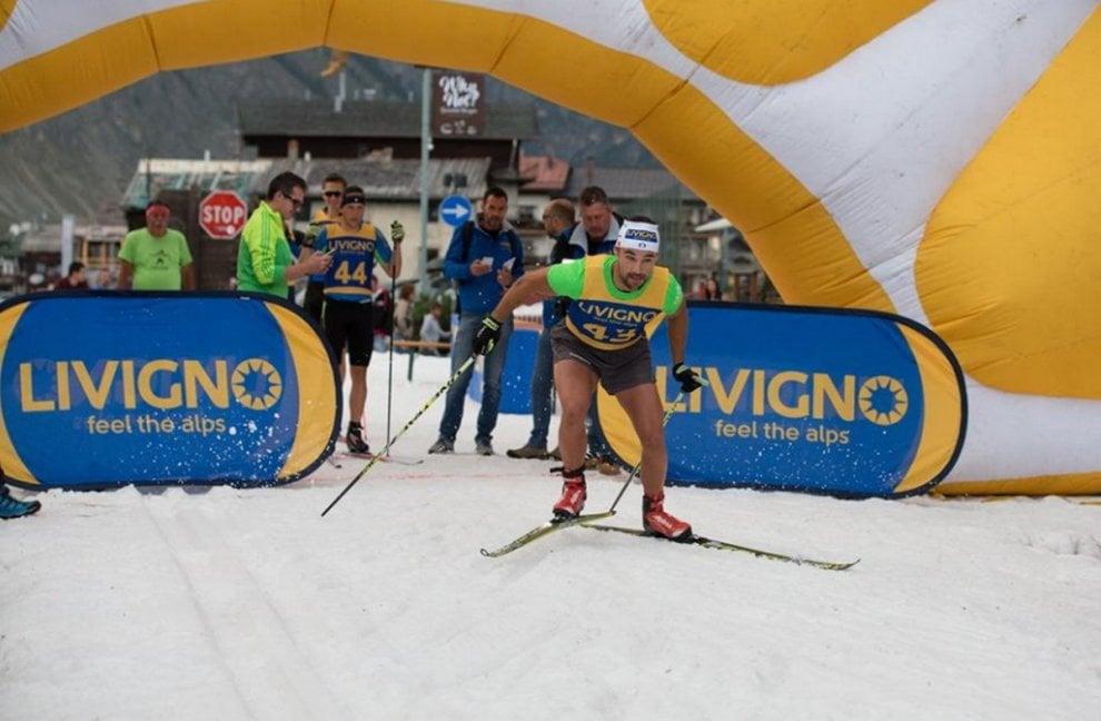 Livigno, sciata sulla neve (dell'anno scorso) per le strade del centro