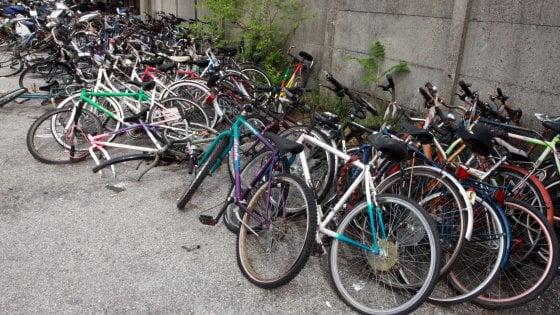 Milano, ladri di biciclette in azione: un passante li fa arrestare