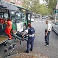 Milano, 82enne alla guida taglia la strada al filobus: l'autista frena di colpo, 7 contusi