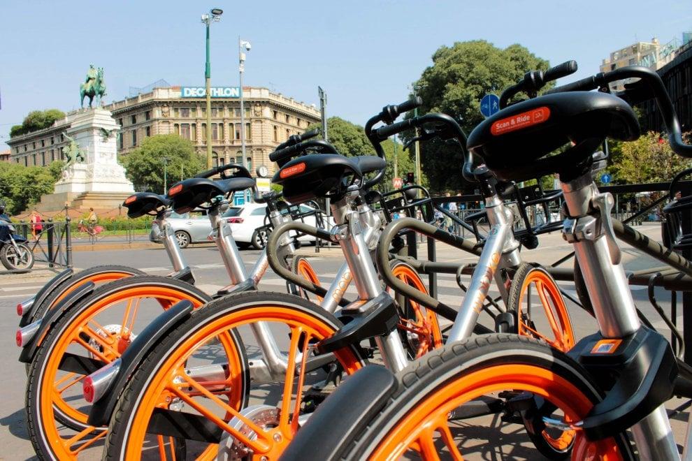 Milano, ecco le prime bici del bike sharing libero: le prendi e le lasci dove vuoi