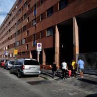 Milano, 60enne si barrica in casa e accoltella il marito: è grave