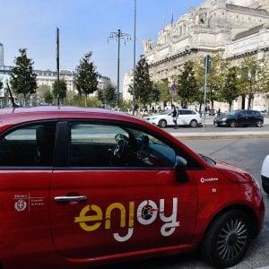 Milano, ladro di iPhone sorpreso mentre tenta di rubare un'auto Enjoy: arrestato