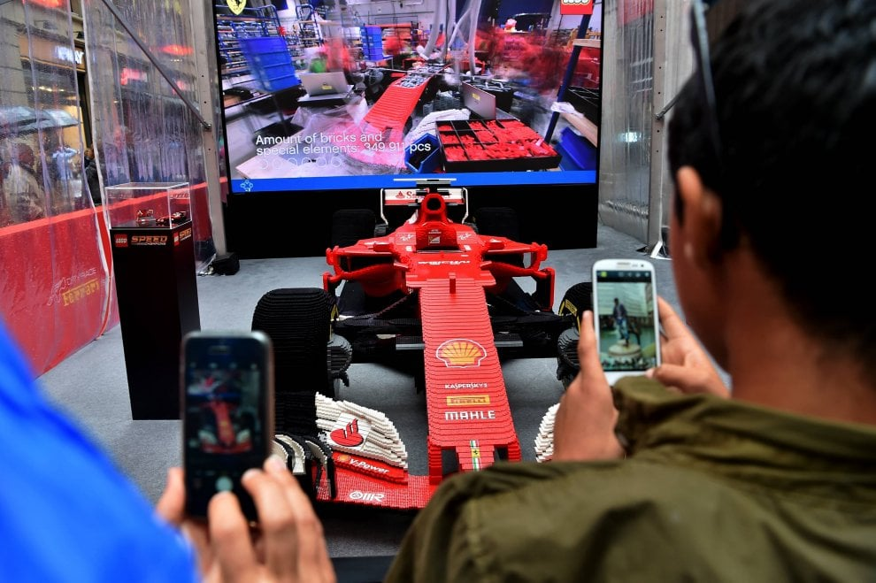 Ferrari, la Rossa protagonista in Galleria a Milano