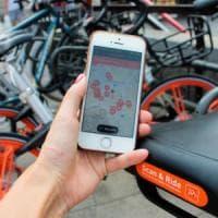 Milano, bici leggera e facile ma pedalate lente: la prova su strada del bike sharing libero
