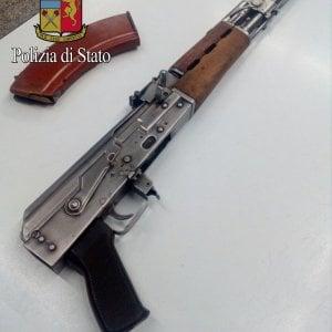 Milano, armato di Kalashnikov pestava una 'fonte' per vendicare offese alla madre
