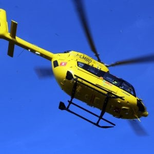 Incidente in montagna nel Bergamasco, giovane colpito alla schiena da un masso: grave