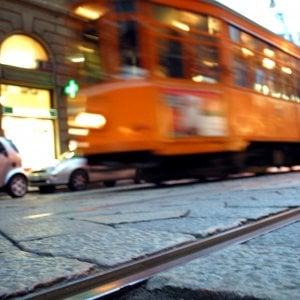 Milano, scende dal tram in via Manzoni e scooter lo investe: 37enne in ospedale