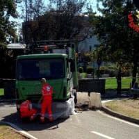 Milano, camion dei rifiuti travolge ciclista: morto sul colpo, aveva 73 anni