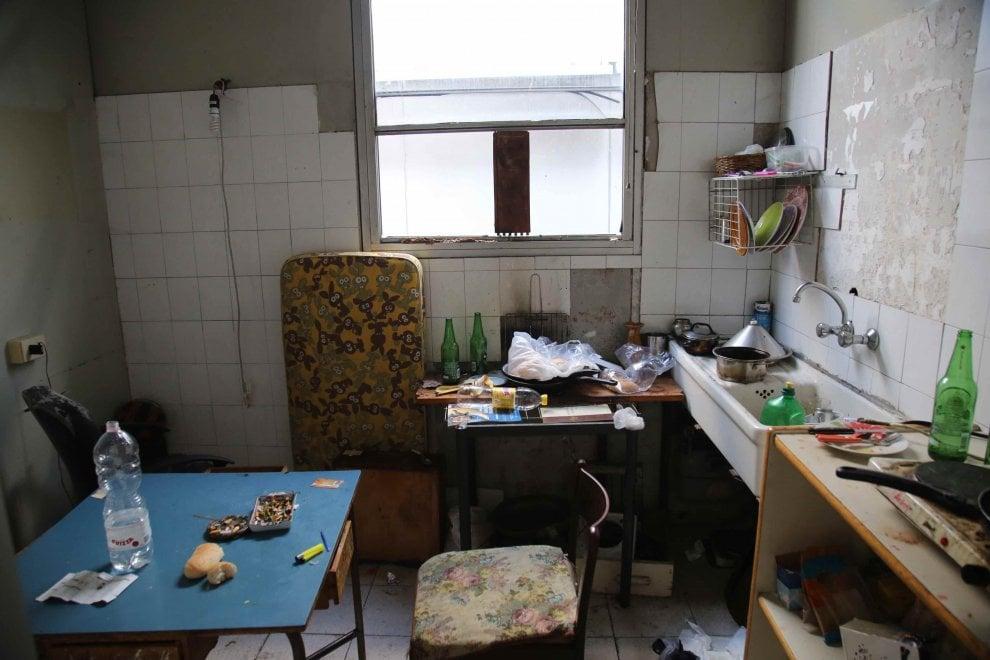 Milano, sgomberata l'ex scuola elementare: così vivevano i migranti