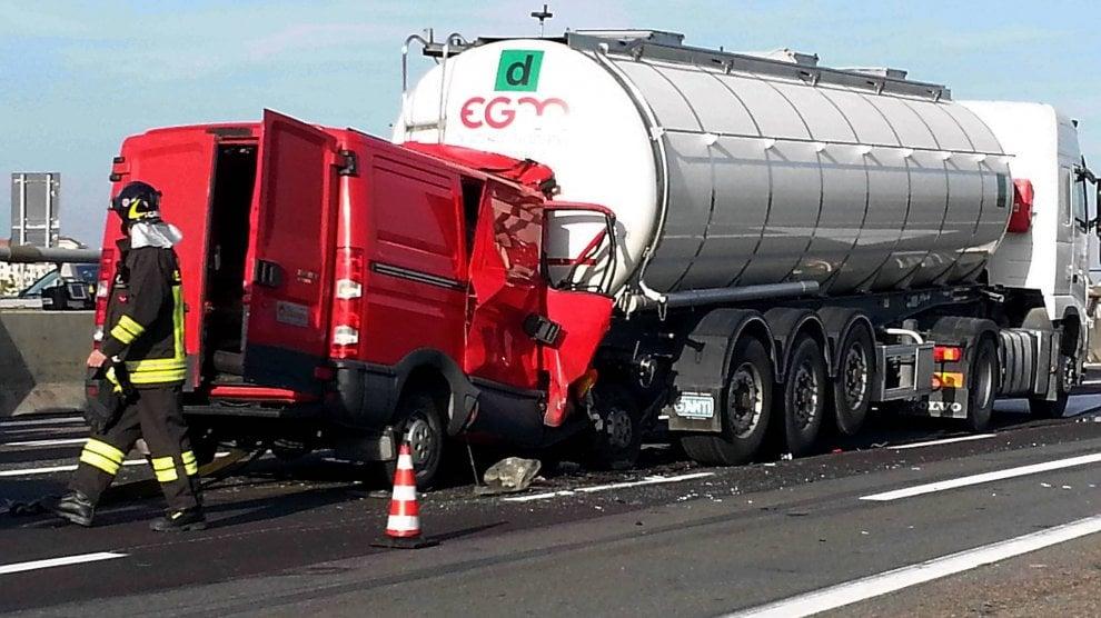 Milano, incidente mortale sull'A4: furgone tampona camion, morto l'autista