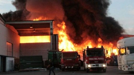 """Mortara (Pavia), grosso incendio nella ditta di smaltimento rifiuti. Il prefetto: """"Allarme diossina"""""""