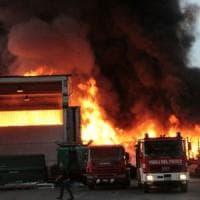 Mortara (Pavia), grosso incendio nella ditta di smaltimento rifiuti. Il prefetto: