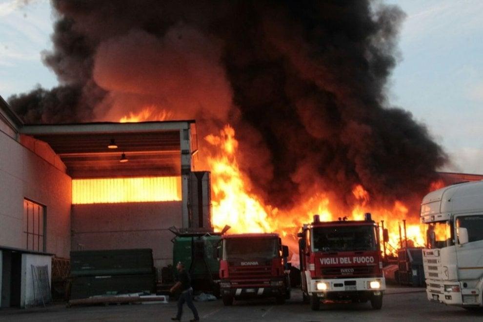 Mortara (Pavia), incendio nella ditta di smaltimento rifiuti: le foto dei cittadini su Fb