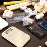 Milano, aiutava le anziane del palazzo e spacciava droga: arrestato il