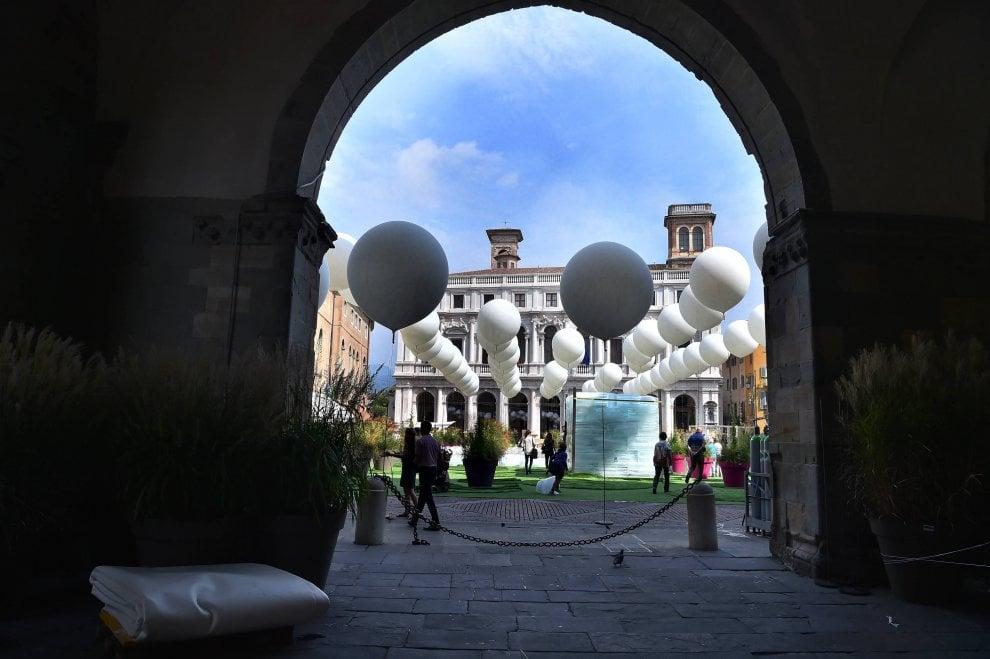 Bergamo, meteoriti bianchi in piazza: i maestri del paesaggio trasformano la Città Alta