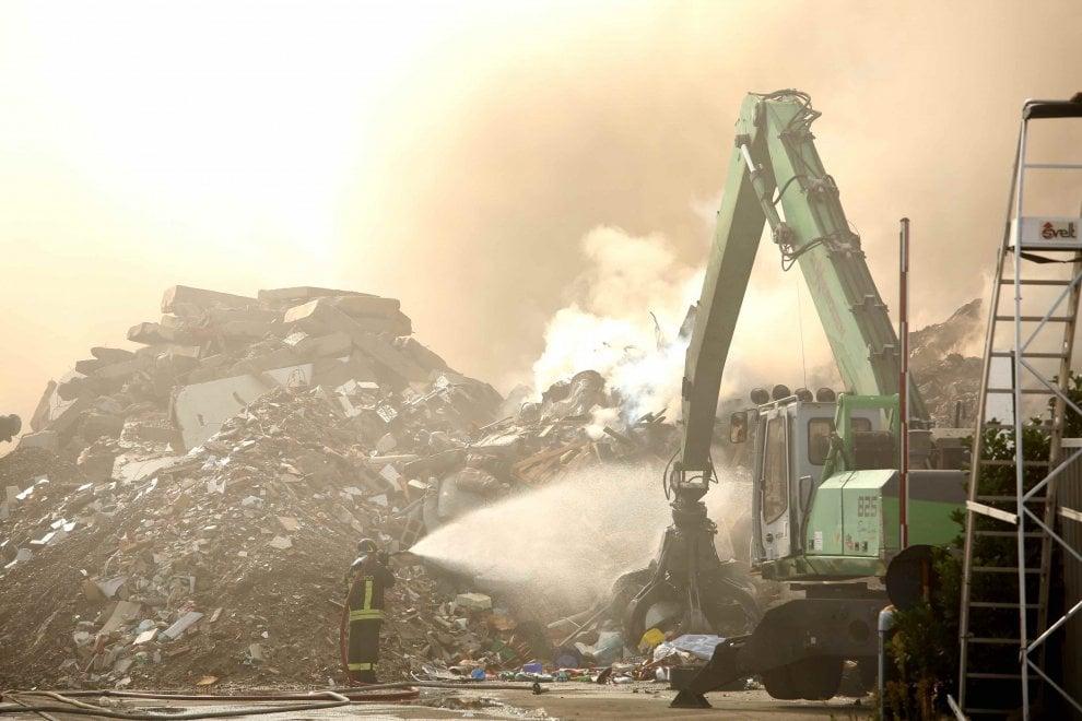 Mortara, brucia la ditta di smaltimento rifiuti: i vigili del fuoco al lavoro