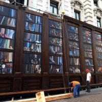 Milano Fashion Week, una biblioteca dei tessuti gigante in piazza Scala