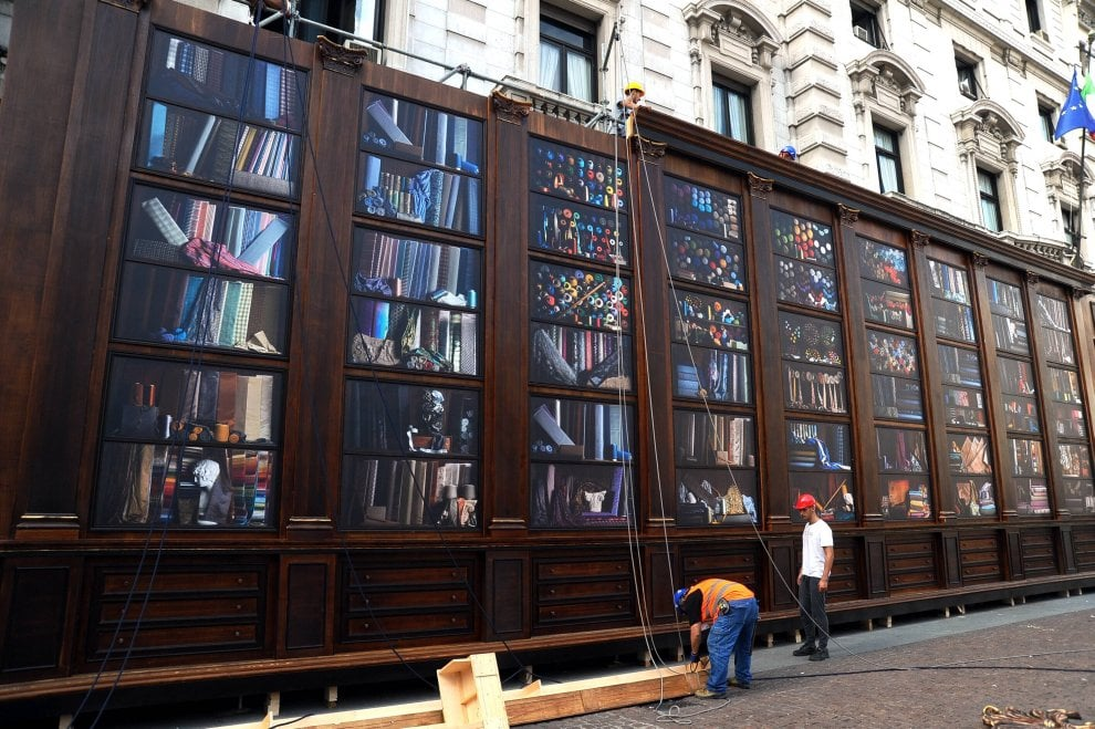 Milano Fashion Week, una biblioteca dei tessuti gigante in piazza Scala