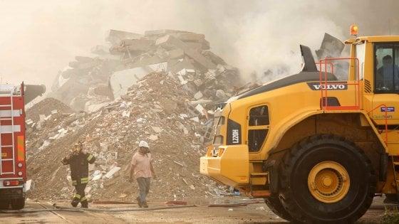 Mortara, domato l'incendio: impianto di smaltimento rifiuti sotto sequestro, attese analisi diossina