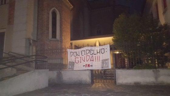 """Islam, striscione di Forza Nuova contro il prete di Cantù che difende diritto alla preghiera: """"Giuda"""""""