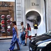 Milano, c'è lo sponsor per il restyling di via Montenapoleone: marciapiedi più larghi e pietra