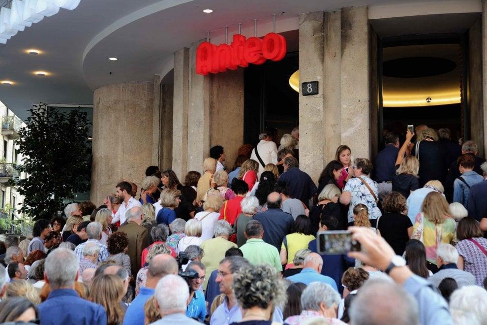 Milano, folla alla 'Prima' del nuovo Anteo: ci sono anche Armani e Bisio
