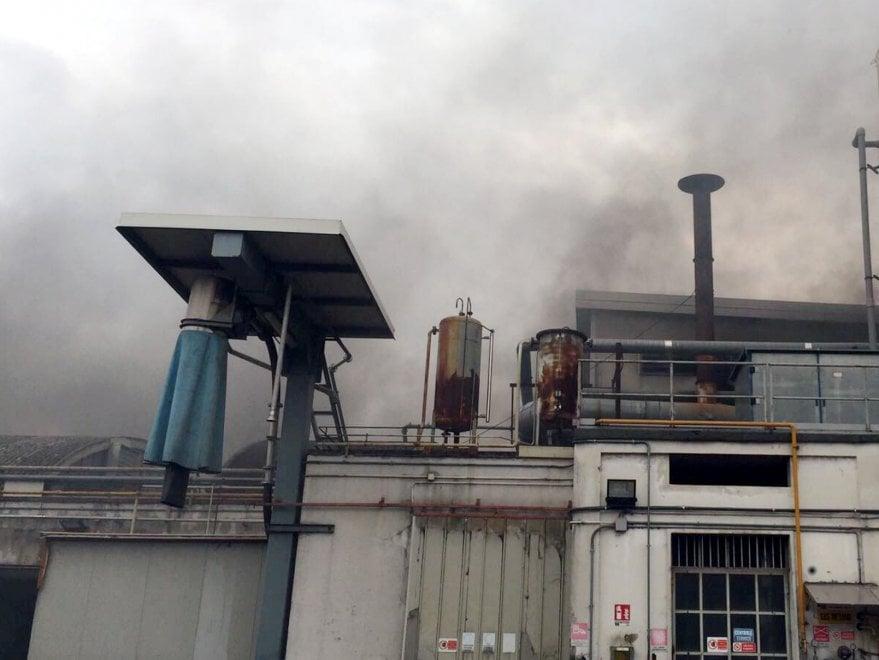 Rho, incendio in una ditta di materiale plastico: i vigili del fuoco al lavoro per spegnere le fiamme