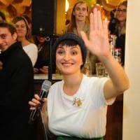 Salta il concerto di Arisa all'outlet di Brescia: la cantante improvvisa i suoi successi dal balcone