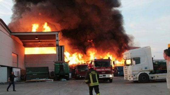 """Mortara, Arpa sull'incendio nell'impianto di smaltimento rifiuti: """"Valori diossina non preoccupanti"""""""