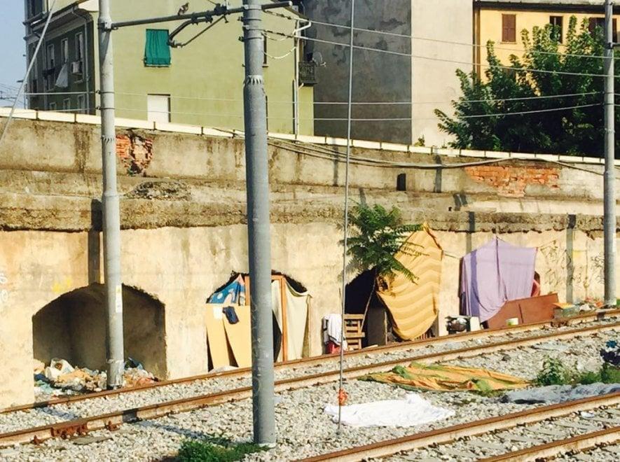 Milano, nei tunnel della ferrovia l'ultimo rifugio dei disperati