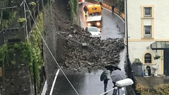 Maltempo in Lombardia, a Como frana un muro sulla statale: strada interrotta