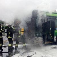 Milano, va a fuoco un bus Atm: passeggeri fatti scendere in fretta, i pompieri spengono le fiamme